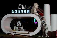 Unfairground nocą, a w środku bar