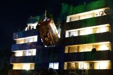 Block 9: wagon metra wbity w ścianę, a w środku club. Konstrukcja w skali 1:1