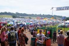camping, namioty i dziki tłum