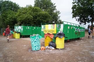 ekologiczne toalety, na calym festiwalu nie było ani jednego publicznego toi toia