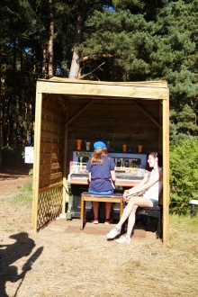 Budka z pianinem po środku niczego :P