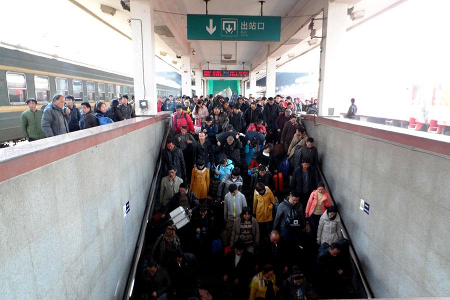 tłum wysypujący sie z pociągu