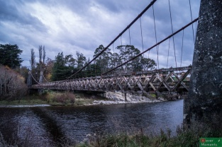 Na szczęście później deszcz trochę osłabł i nawet można było wyjść z auta bez ryzyka przemoknięcia :) / Zabytkowy wiszący most w Clifden