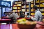 Jeść można na zewnątrz lub w przyświątynnej czytelni. Oczywiście wybraliśmy to drugie :)
