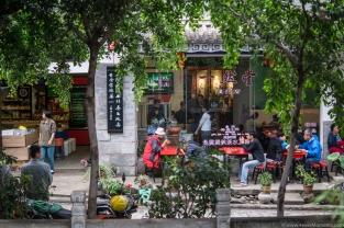 Łatwo trafić na miejsce. Wystarczy nasłuchiwać modlitwy mnichów. Albo znaleźć adres na mapie: Honglong Alley, Honglongjing, Old Town